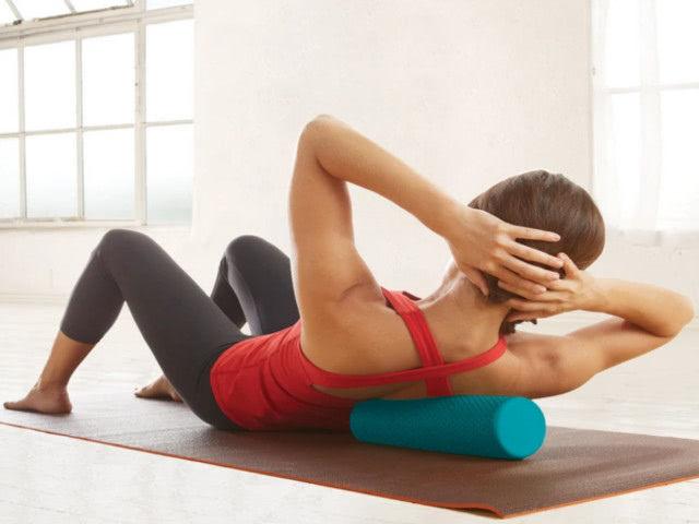 Упражнения с массажным цилиндром для снятия напряжения мышц спины и шеи