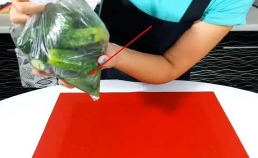 Пошаговый рецепт малосольных огурцов в пакете за два часа_5