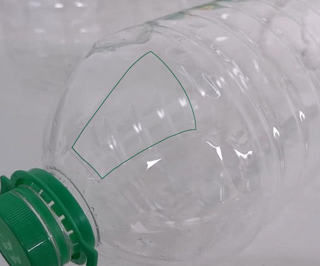 Подвесной контейнер для томатов из 5-литровой пластиковой бутылки_1