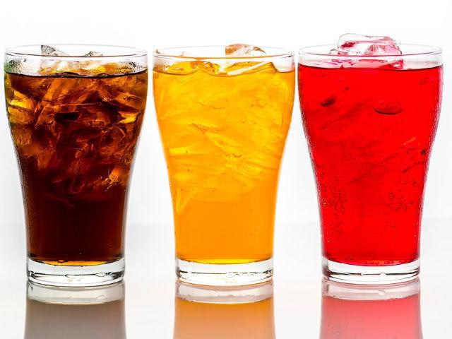 Потребление газированных напитков без сахара может приводить ...