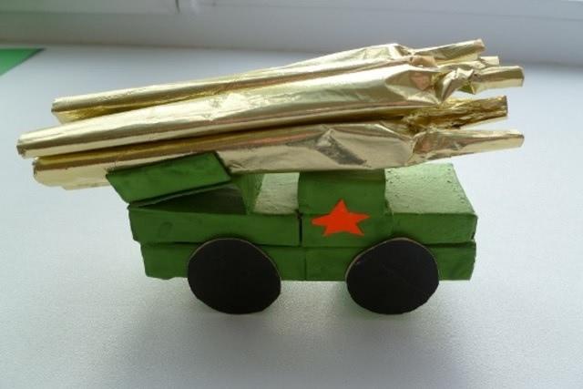 Военный грузовик - одна из самых красивых поделок для учеников младшей школы на 23 февраля_1